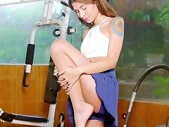 Horny Cutie Nataly Leon Shrieks While Masturbating In The Home Gym