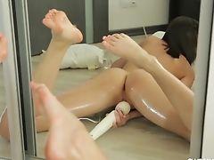 Oiled Nice Rump Neona Pleasing Her Vulva Using Massager